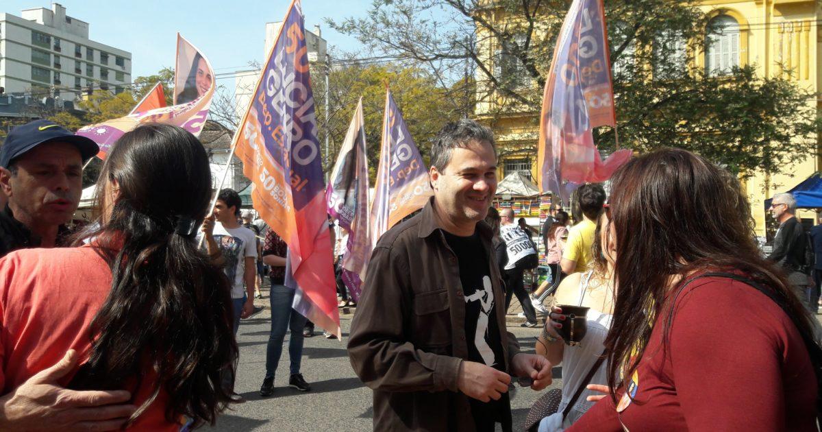Robaina e Prof. Camila dialogam com a população no Brique